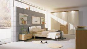 mobilier dormitor alb cu maro deschis