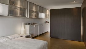 mobilier dormitor alb cu maro inchis 2