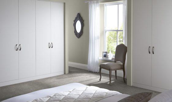 mobilier dormitor alb cu nuante de gri